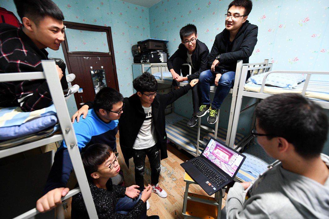 學生玩遊戲常常都有著社交的目的。 圖/中國新聞社