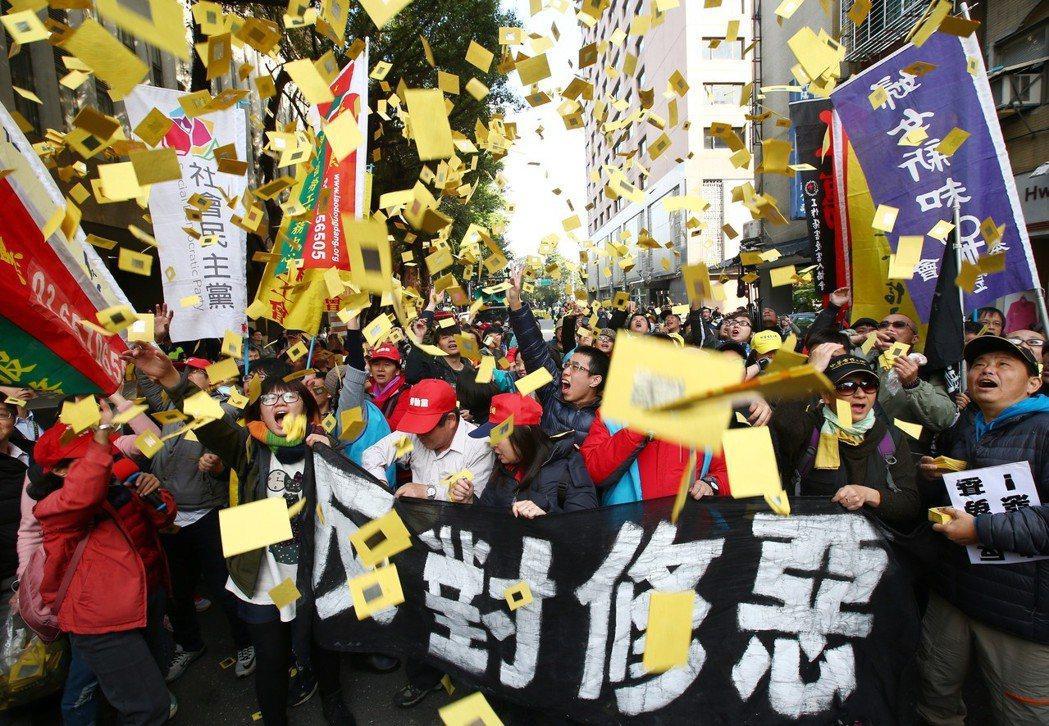 勞團繞行立法院撒冥紙抗議勞基法三讀通過。 記者王騰毅/攝影
