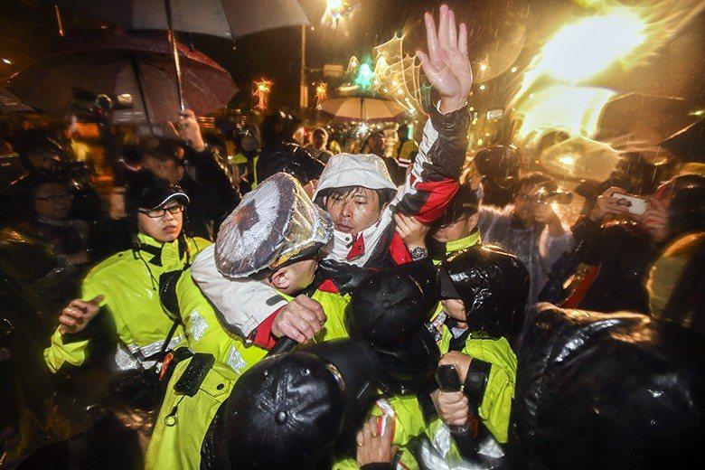 時代力量立委黃國昌等人反對勞基法修惡,在總統府前絕食近60小時後,遭警方強力驅離...