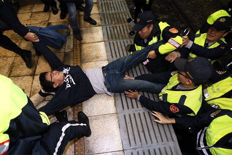 勞團8日晚間為反對勞基法修惡,於晚間衝下台北車站南下第三月台,後遭警方強制排除。...