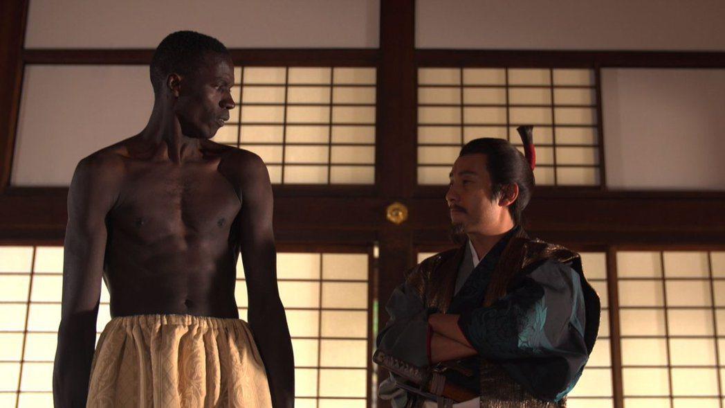 織田信長曾經大力刷洗黑奴的身體,證明他不是被塗黑的。圖為東京電視台的歷史專題節目...