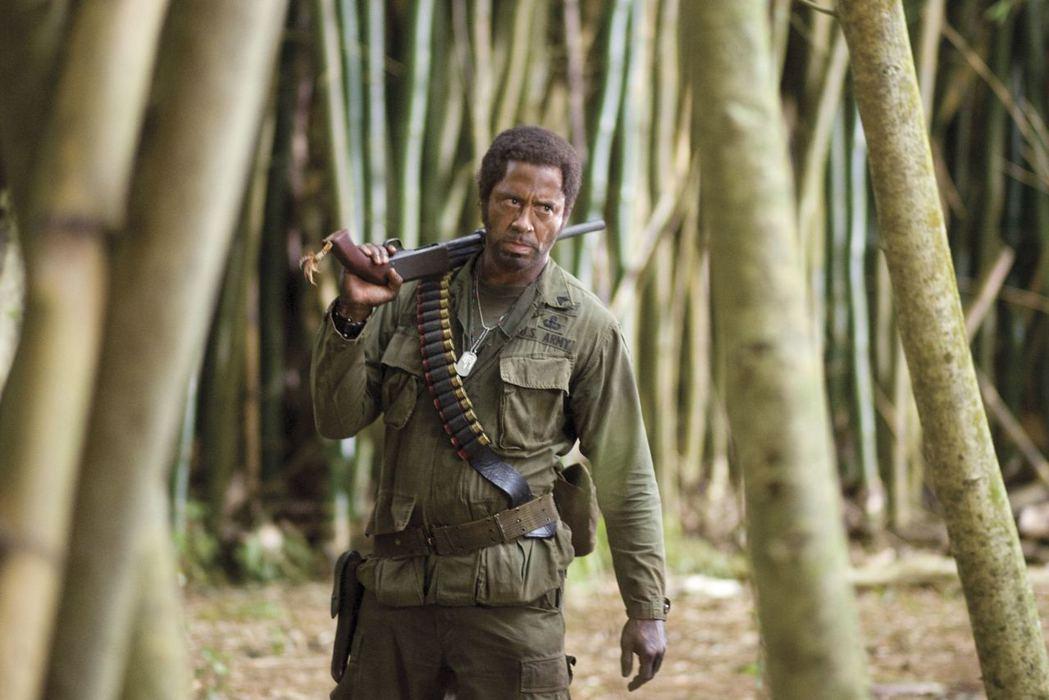 小勞勃道尼在電影《開麥拉驚魂》的黑人扮相,但其意圖與情境其實是一種反諷。 圖...
