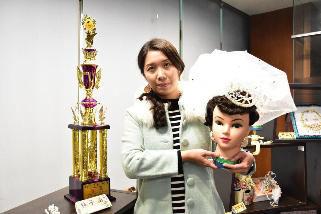 學生林子涵以精美公主風格頭飾,奪得藝術金賞飾品創作組冠軍。 明道大學/提供。