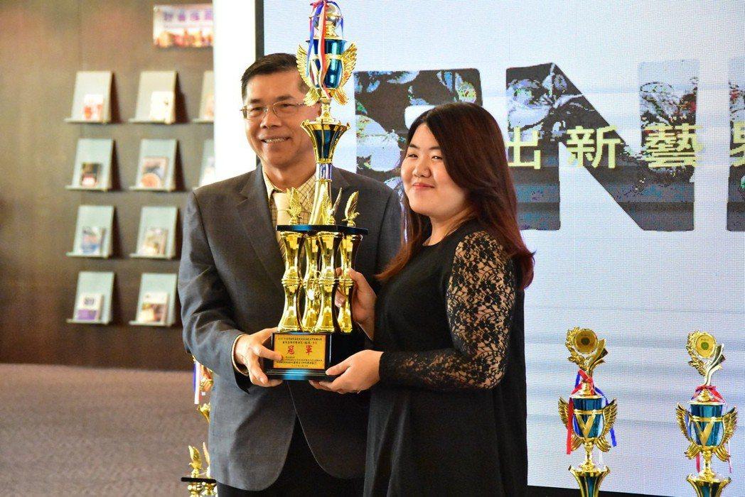 學生劉佳琳以武媚娘風格美睫,奪得2017年台灣世界盃美睫金牌。 明道大學/提供。