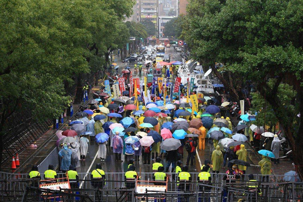 民進黨政府的施政,如同直立在中央政府機關前的一排排拒馬,民眾的抗爭強度與其形成正...