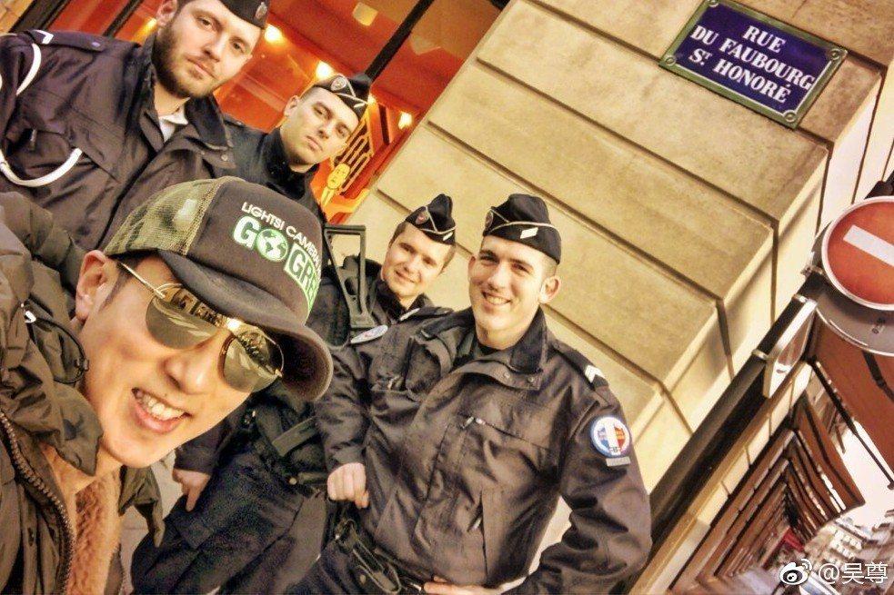 吳尊與巴黎警察合影。圖/擷自吳尊微博
