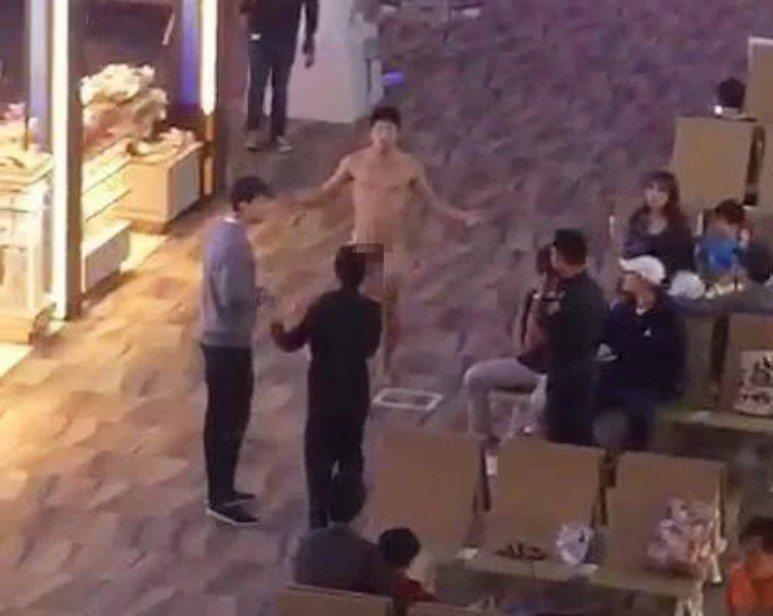 一名美籍韓裔男子(中)因服用太多的威而鋼導致失控,大鬧泰國機場。 圖擷自The ...