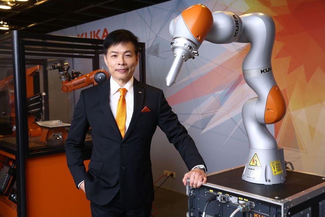 庫卡台灣執行長邱崇勛介紹人機協同機器人LBR iiwa,它可安全快速的協助業者提...