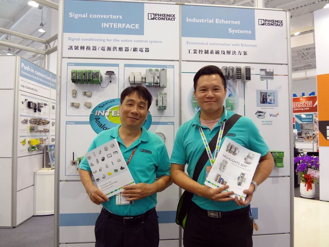 台灣菲尼克斯經理林文奇(左)與專業工程師加強產品應用面。  金萊萊/攝影