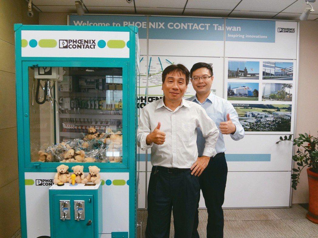 台灣菲尼克斯經理林文奇(左)與產品專員蘇文正將工業4.0智能運作技術應用,在夾娃...