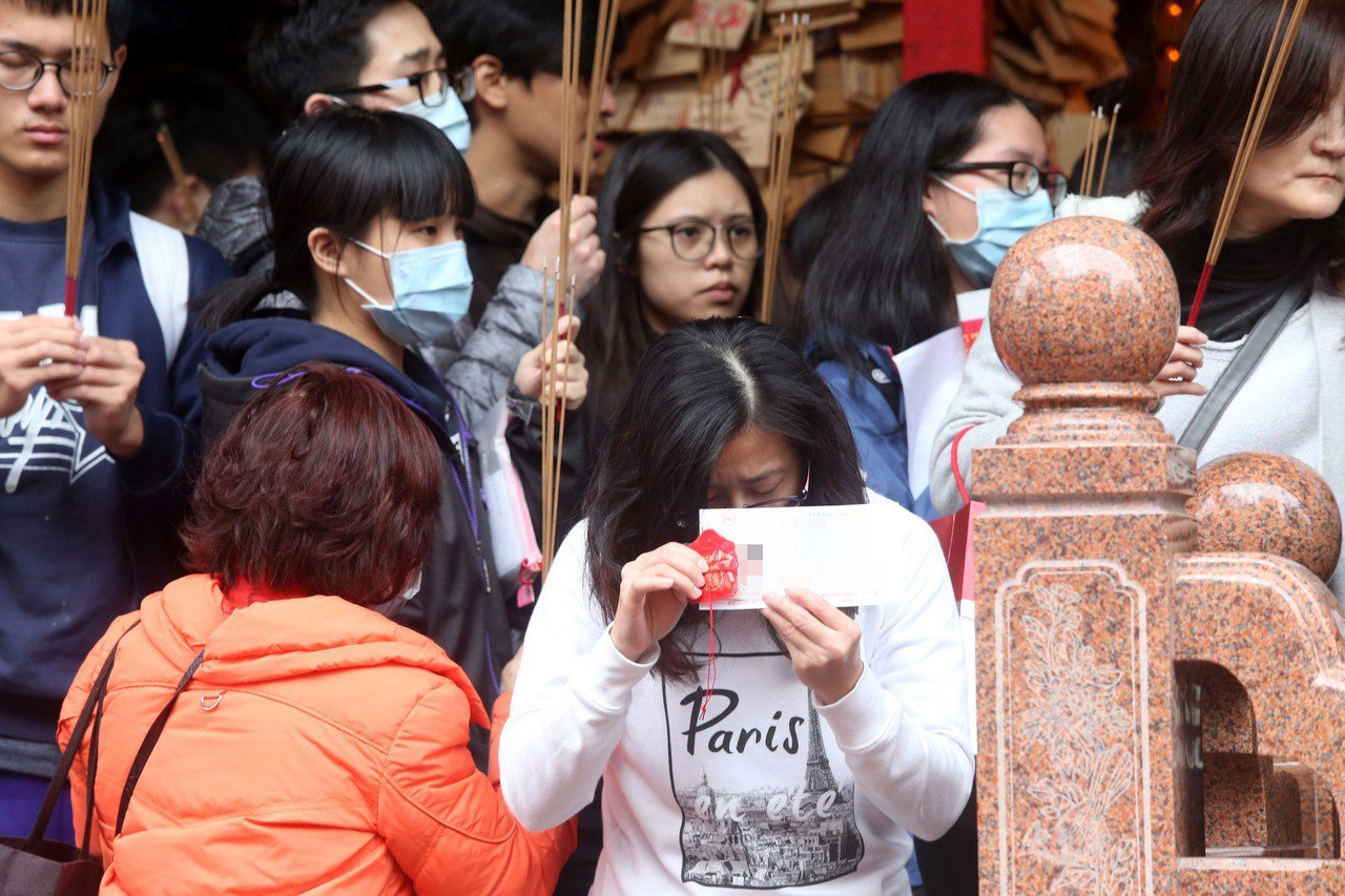 107學年度學科能力測驗今天登場,台北市文昌宮昨天人潮絡繹不絕,許多家長和學生帶...