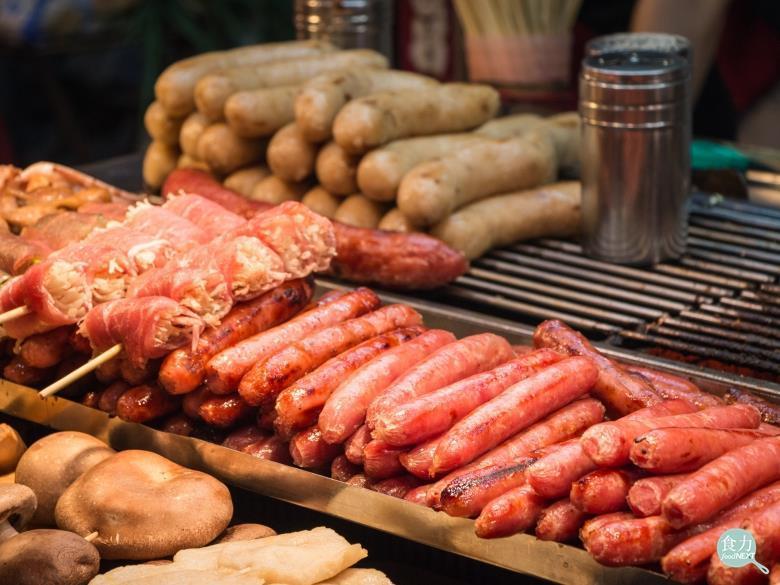 除去糞便、黏液後的豬大腸,稱為「大腸皮」,而「豬腸膜」是指用刀子將大腸皮去掉外層...