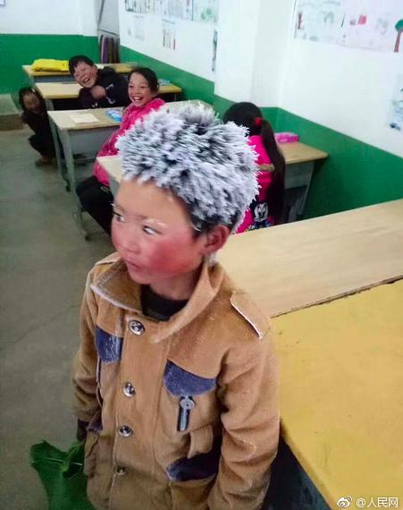 雲南「冰花男孩」冒冰霜上學, 網友鼓勵努力讀書改變命運。圖/取自人民網