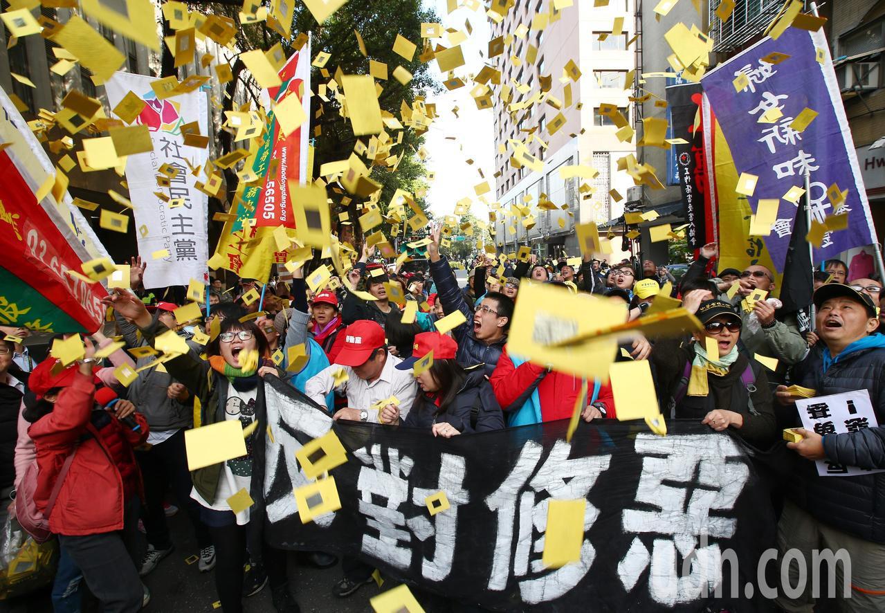 勞團繞行立法院撒冥紙抗議勞基法三讀通過。記者王騰毅/攝影