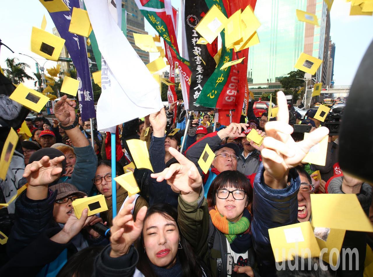 勞團繞行立法院撒冥紙抗議勞基法三讀。