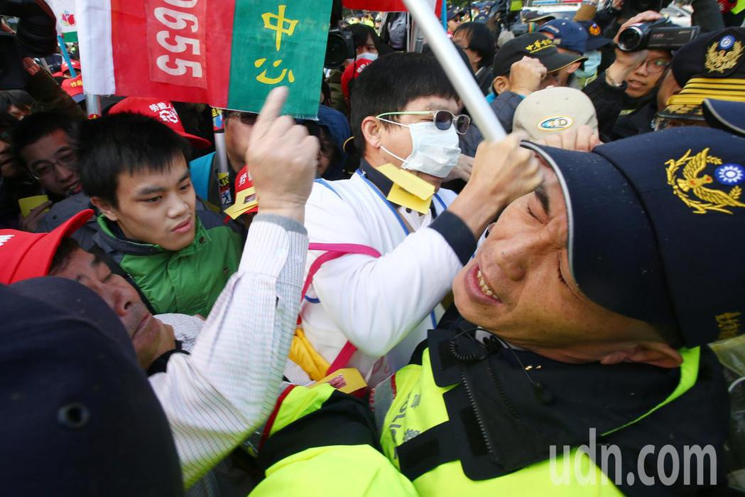 勞團繞行立法院在行政院外與警方爆推擠衝突。記者王騰毅/攝影