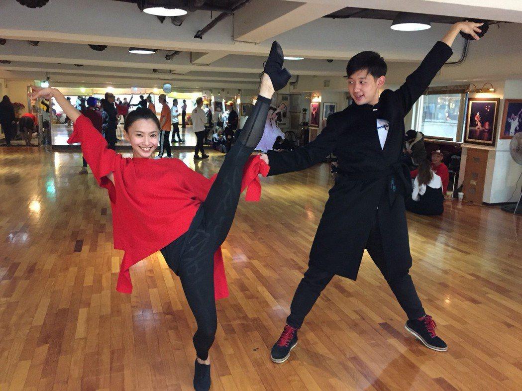 侯怡君(左)為除夕特別節目積極練舞。圖/民視提供
