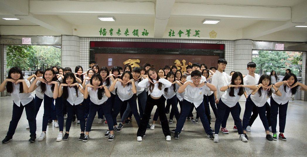陳芳語首波主打歌「Tag me」的活潑舞蹈在校園掀起一陣模仿旋風。圖/Sharp...