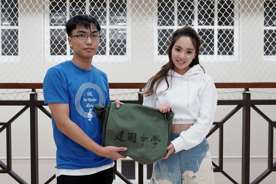 建中校聯會的同學特別送陳芳語一個書包當作禮物。圖/Sharp music提供
