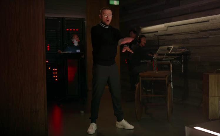 賈斯汀模仿了蘋果電腦賈伯斯當年發表新品時的橋段,其中最顯眼的就是他穿上Ermen...