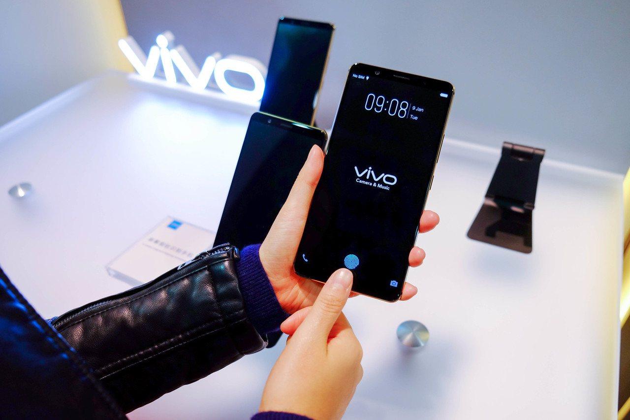 vivo於CES美國消費性電子展發表全球首款將進入量產階段的螢幕指紋識別手機。圖...