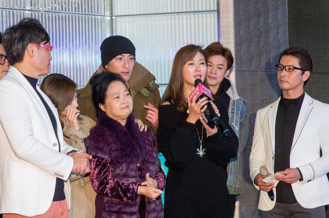 陳珮騏(右二)在台上感動落淚。圖/三立提供