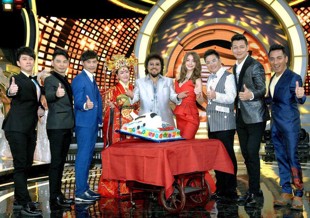 張菲(中)身邊圍繞著老搭檔和新夥伴,一起為新節目慶功。圖/華視提供