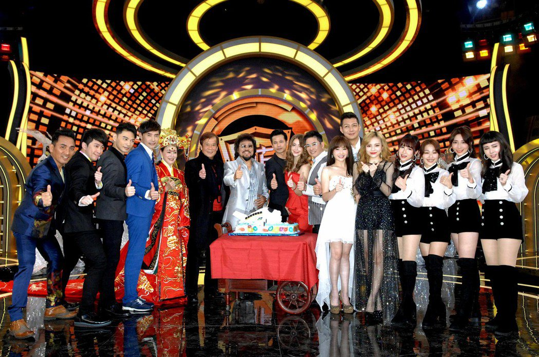 張菲(中)新節目慶功,群星拱月為他祝賀。圖/華視提供