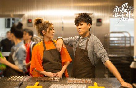 江疏影(左)與靳東合作演出「戀愛先生」。圖/CHOCO TV提供