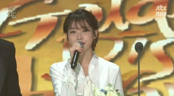 IU拿下第32屆金唱片最大獎,致詞時提到已故好友鐘鉉。圖/摘自naver