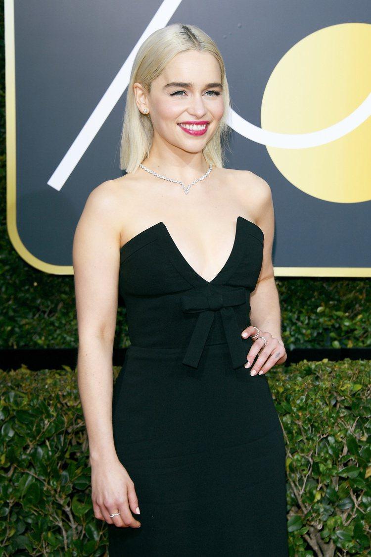 艾米莉亞克拉克配戴總重29克拉海瑞溫斯頓經典鑽石珠寶,配上一頭金髮更為性感迷人。...
