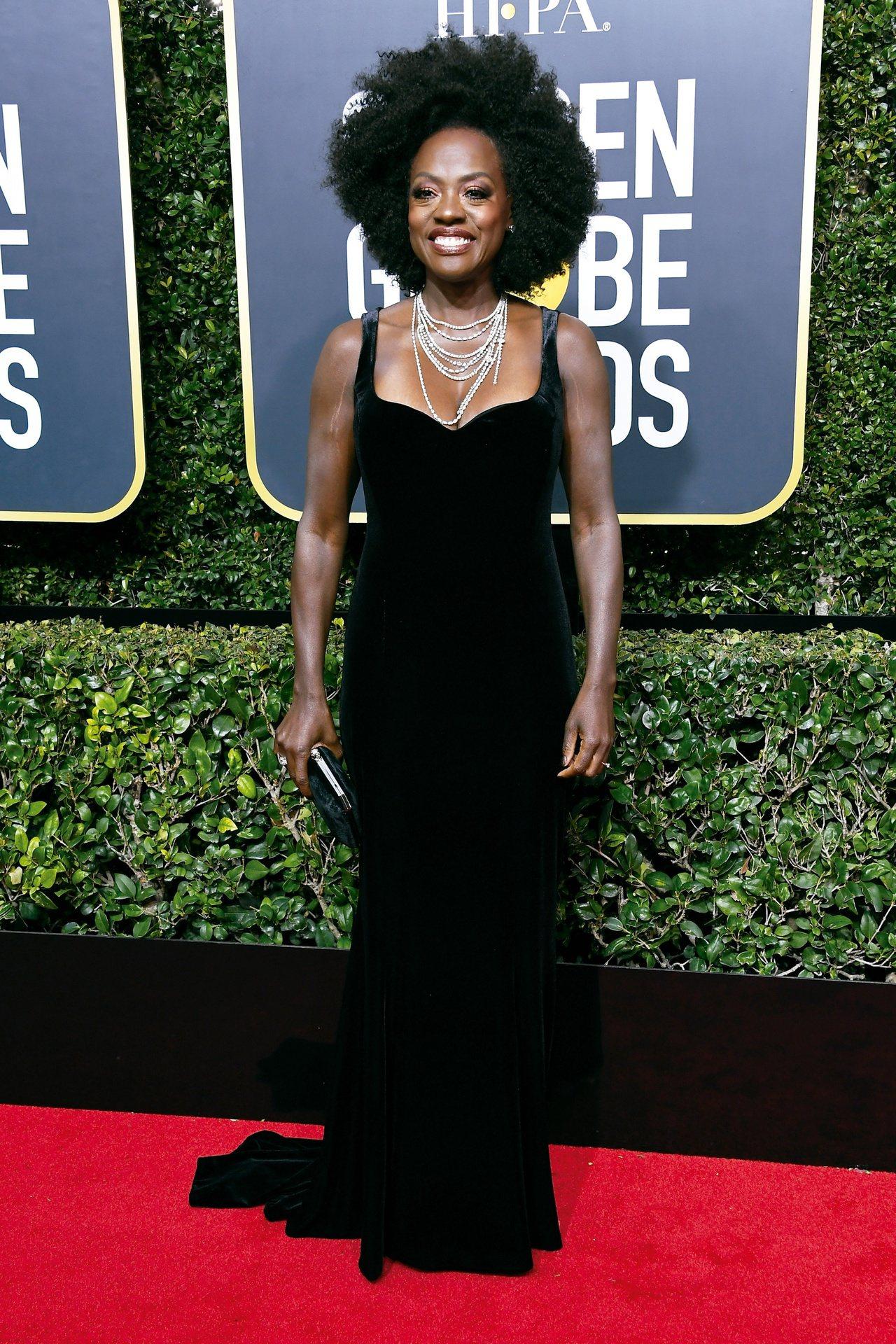 薇拉戴維絲整身配戴總重近120克拉的海瑞溫斯頓頂級珠寶華麗現身金球獎紅毯,光彩奪...