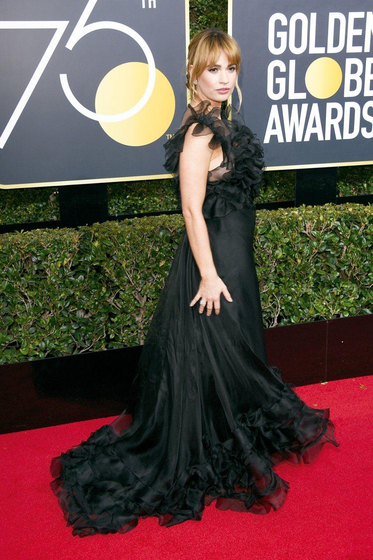 莉莉詹姆士也以黑色禮服搭配海瑞溫斯頓珠寶出席金球獎。圖/海瑞溫斯頓提供