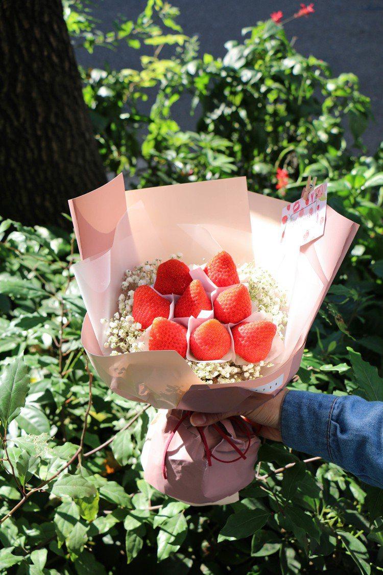 草莓花束色彩討人喜歡。圖/記者謝欣倫攝影