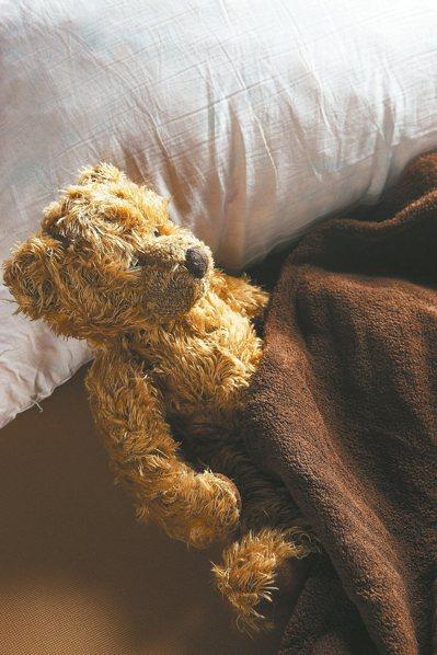 「癱屍式睡眠法」是以輕鬆的方式正面躺著,兩手向上平放於身旁。 圖/本報資料照片