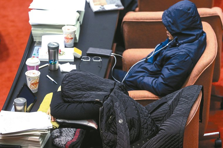 冬天進到溫暖室內,很容易想睡覺。 記者楊萬雲/攝影