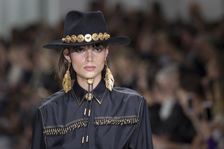 Versace春夏重現經典,將九○年代風行的帽款搭上梅杜莎Logo金釦大秀奢華搖...