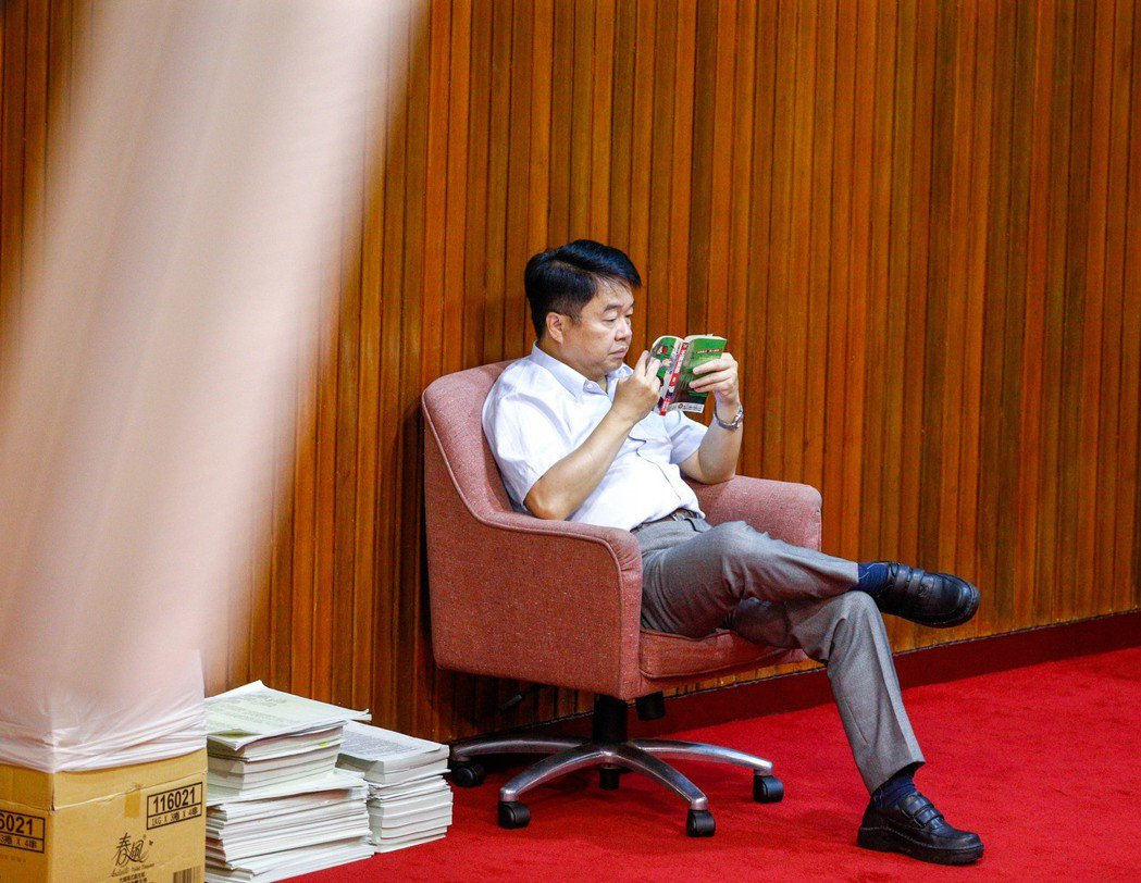 立法院審查「公立學校教職員退休資遣撫卹條例」草案時,吳秉叡坐在最後方看漫畫。 圖...