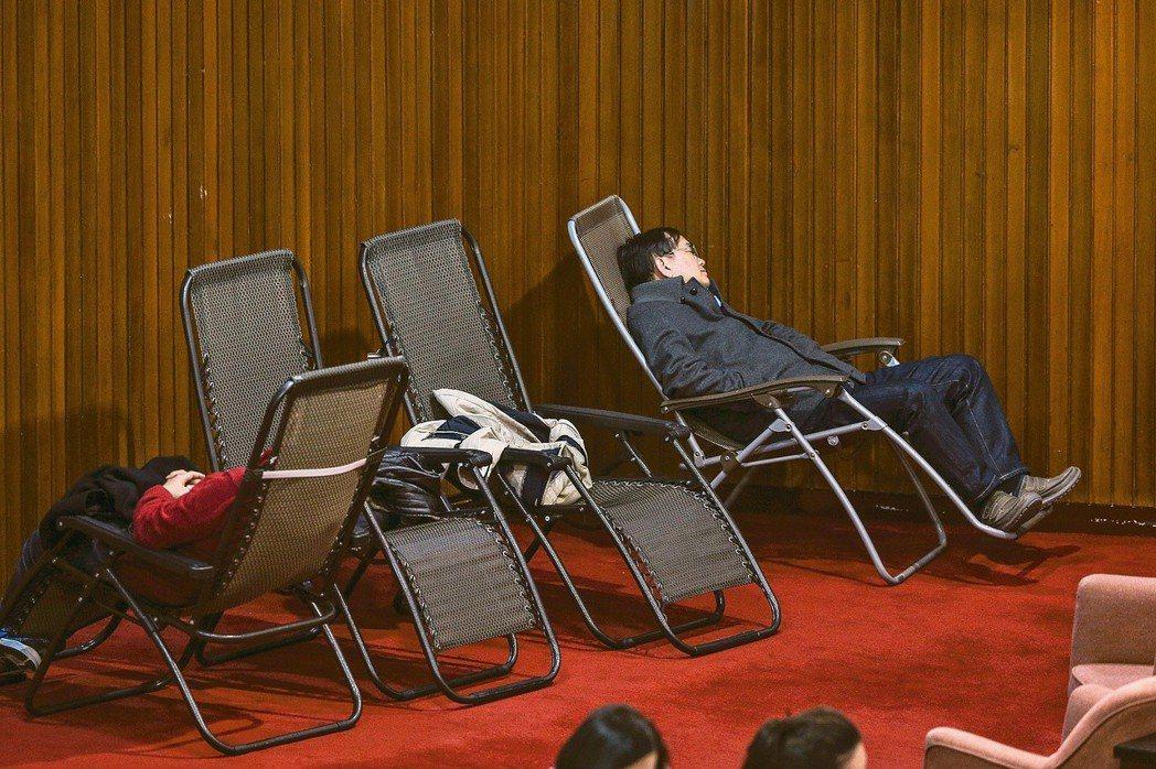 10日立法院臨時會徹夜處理「勞基法」修正草案,許多委員體力不支,在躺椅上睡覺。 ...