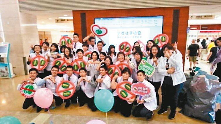 南山人壽.在地幸福南山人壽台南鳳凰通訊處在成大醫院擔任癌症中心宣導義工,協助...