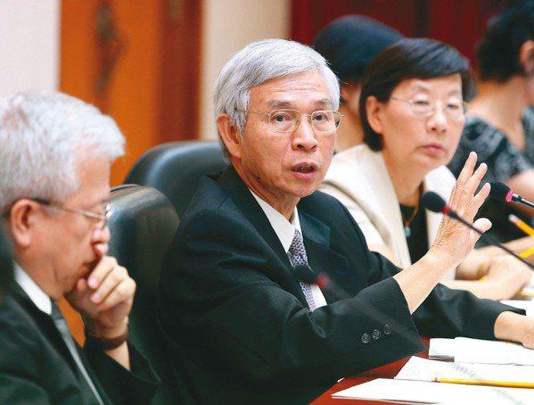 央行副總裁楊金龍(中)