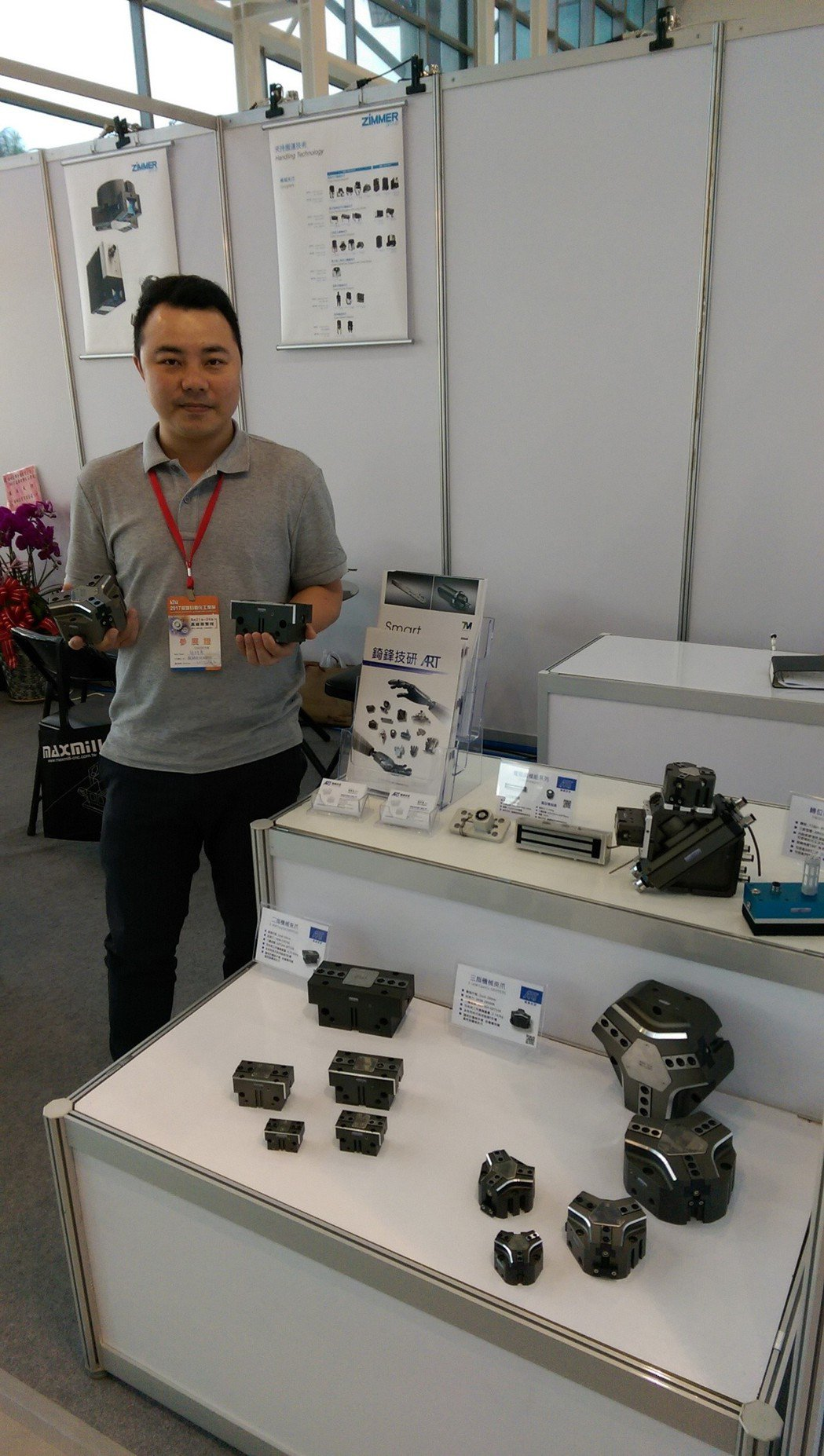 錡鋒技研業務經理簡詩展展示自有品牌「ART」機械手臂夾爪。莊智強/攝影