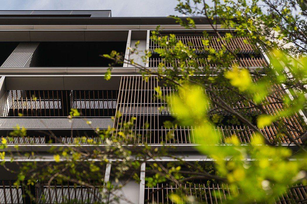 東騰藍由建築大師李天鐸設計,展現人文、純粹的建築品味。 圖/東騰藍 提供