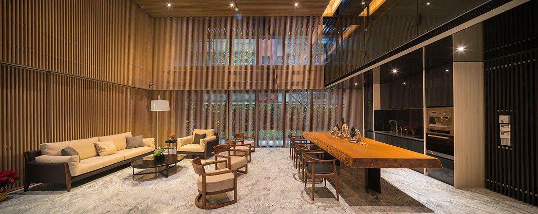 公設上使用大量木質色調,呈現溫潤、靜謐質感。 圖/東騰藍 提供