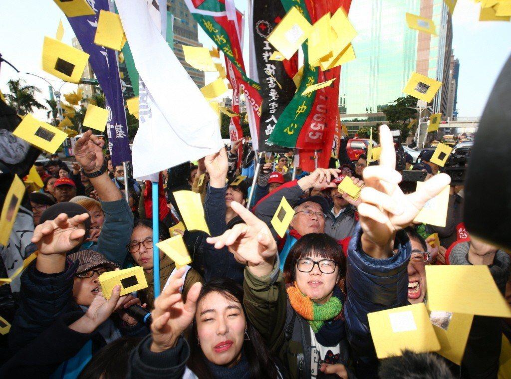 台灣逐漸進入高齡社會,中老年人的選票多,政治獻金也多,忽略年輕人的想法,是可以理解的。 圖/聯合報系資料照