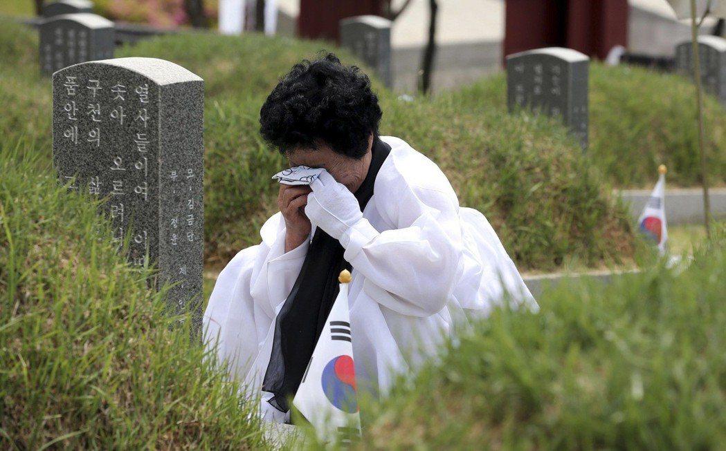 1980年8月,光州的學生針對軍事獨裁政權發起和平抗爭,政府卻以暴力鎮壓這場活動,展開大規模的屠殺。圖為光州事件受難者遺族。 圖/路透社