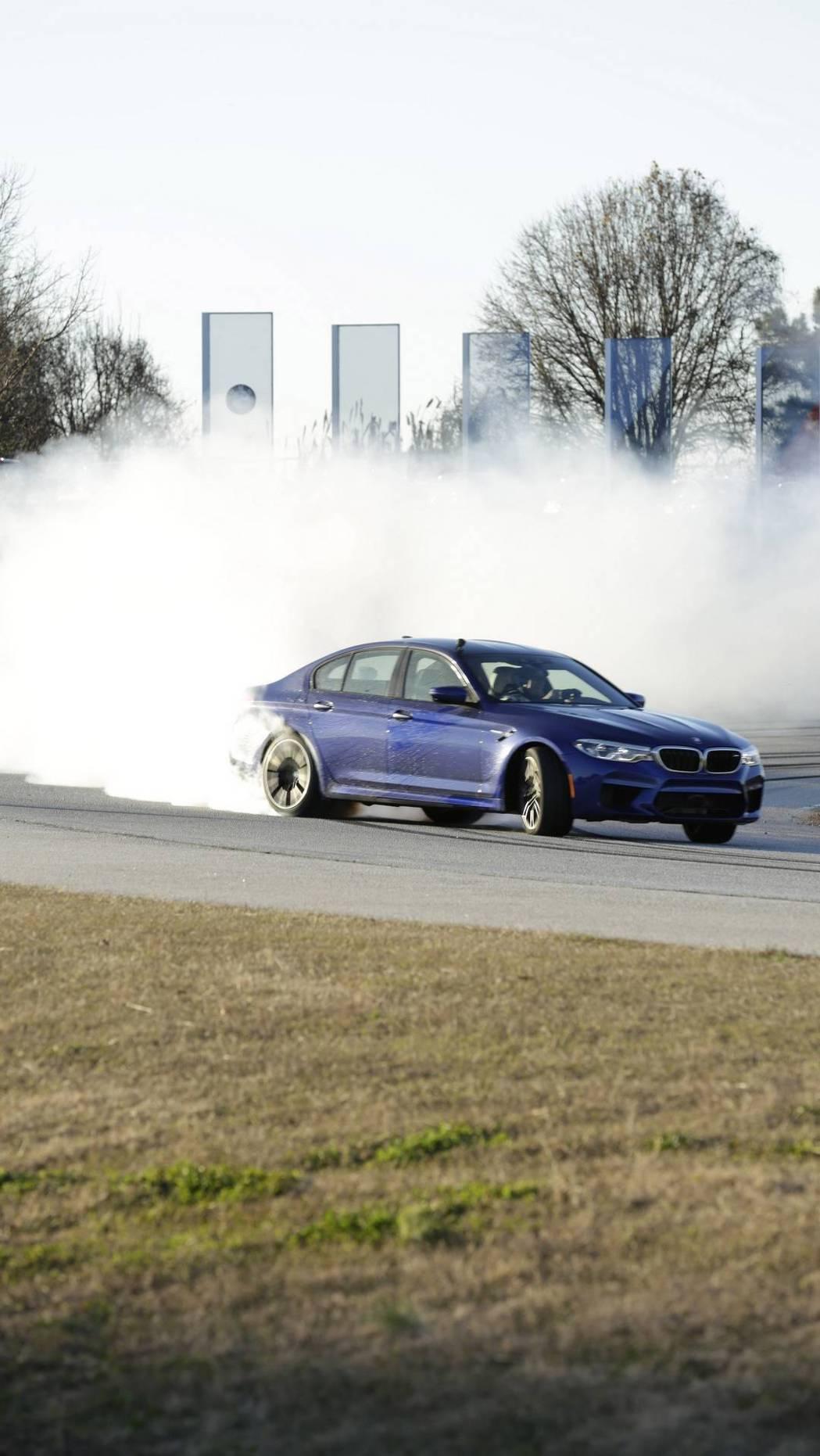 全新BMW M5甩尾甩了八小時啊! 摘自BMW