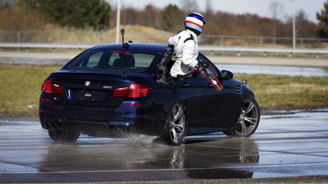 上代M5也來支援這次的甩尾任務。 摘自BMW