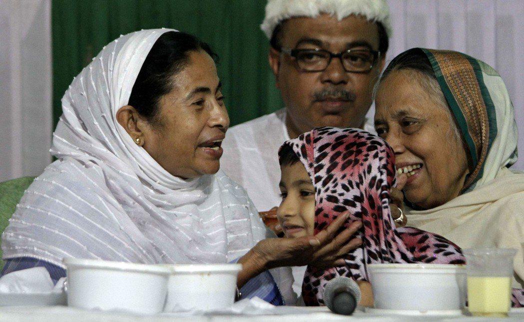 班納吉(左)親穆斯林的形象,使許多西孟加拉邦的人民感到不安。 圖/美聯社