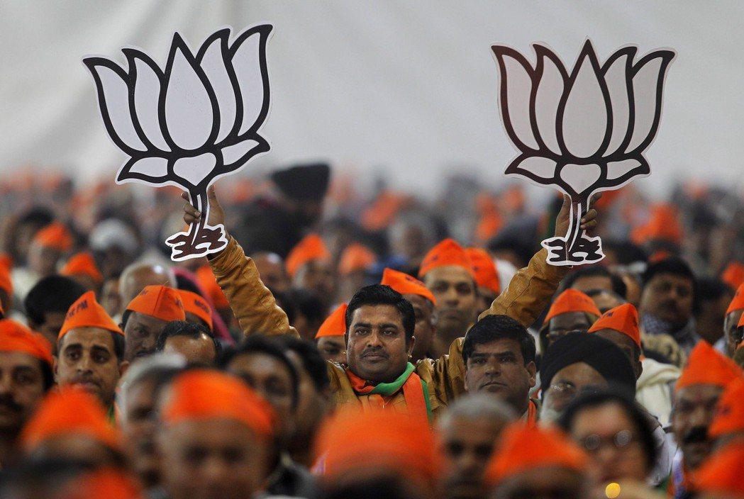 印度人民黨和印度教團體走得很近,立場上以保護、推廣印度教傳統風俗為訴求。圖為手舉...